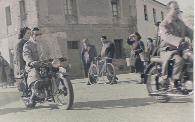 Los Barroso en moto por la puerta de Madrid